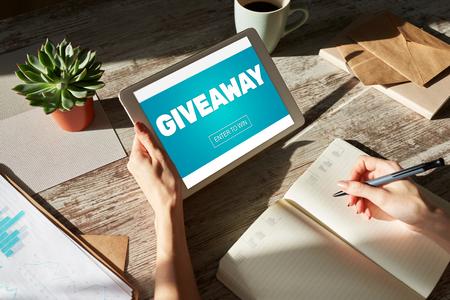 Giveaway, voer in om tekst op het scherm te winnen. Loterij en prijzen. Social media marketing en reclame concept.