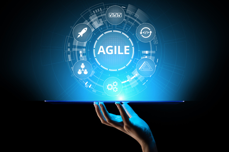 Concepto de metodología de desarrollo ágil en pantalla virtual. Concepto de tecnología. Foto de archivo