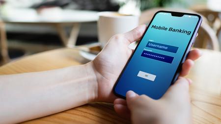Aplicación de pago por Internet de banca móvil en la pantalla del teléfono inteligente.
