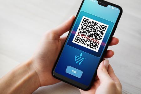 QR-Code-Handy-Scan auf dem Bildschirm. Geschäfts- und Technologiekonzept.