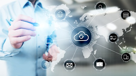 Concepto de computación, internet y redes de tecnología de nube en pantalla virtual. Foto de archivo