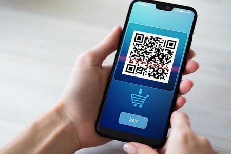 Escaneo de teléfono móvil con código QR en la pantalla. Concepto de negocio y tecnología. Foto de archivo