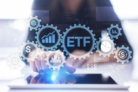ETF Exchange Traded Fund Trading Investment Business Finance Konzept auf virtuellem Bildschirm. Standard-Bild