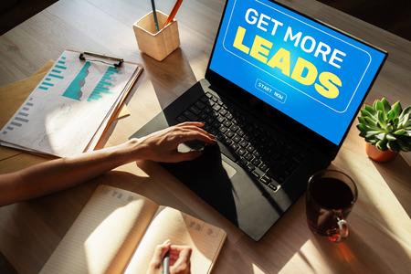 Botón de inicio de generación de leads en pantalla. Concepto de estrategia empresarial y marketing digital.