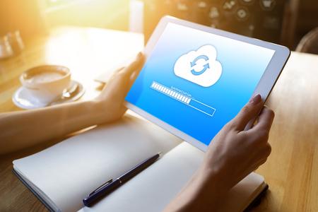 Barre de progression de la synchronisation cloud sur l'écran de la tablette. Stockage et protection des données. Concept de technologie et d'internet.