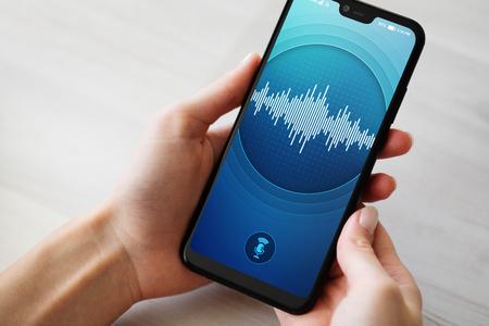 Aplicación de reconocimiento de voz en la pantalla del teléfono inteligente. Inteligencia artificial y concepto de aprendizaje profundo.