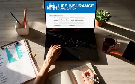 Formulario de solicitud de seguro de vida en línea en la pantalla del dispositivo.