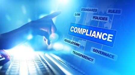 Concetto di conformità con icone e testo. Regolamenti, leggi, standard, requisiti, diagramma di audit su schermo virtuale. Archivio Fotografico