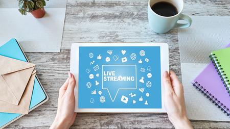 Transmisión en vivo en pantalla. Radiodifusión. Concepto de marketing en Internet.