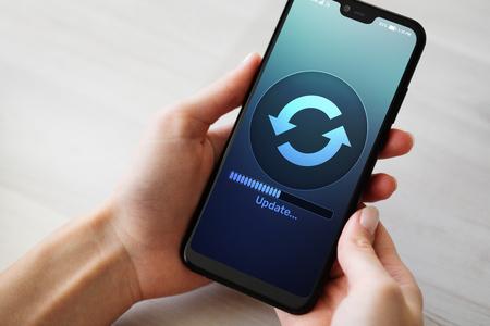 Actualización de software que descarga el progreso en la pantalla del teléfono inteligente. Concepto de Internet y tecnología.