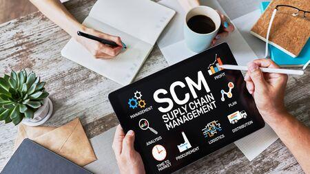 SCM: concepto de estrategia empresarial y gestión de la cadena de suministro en la pantalla.