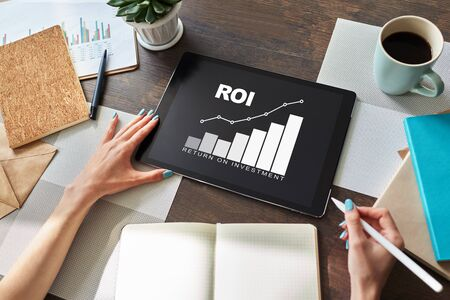 ROI, Return on investment, Business and financial concept. Banco de Imagens