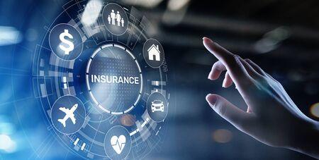 Seguro, concepto de Insurtech de viajes de dinero de coche familiar de salud en pantalla virtual.
