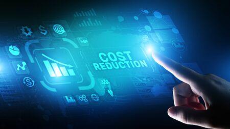 Concetto di finanza aziendale di riduzione dei costi sullo schermo virtuale. Archivio Fotografico