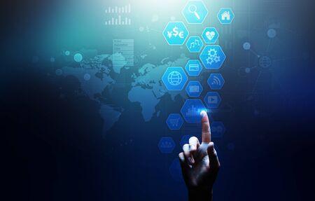 Business intelligence, tableau de bord d'analyse de données avec graphiques d'icônes et diagramme sur écran virtuel. Banque d'images