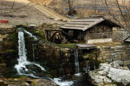 molino de agua: Molino de agua tradicional de Corea. Desconecte la alimentación del molino rueda de agua está moler el grano. Foto de archivo