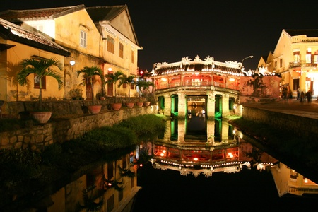 ponte giapponese: Vecchio ponte giapponese di notte a Hoi An, Vietnam