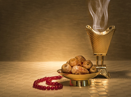 dattes: dates du Ramadan avec encensoir et le chapelet Banque d'images