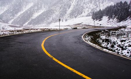snow mountain road Imagens