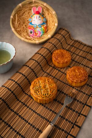 Chinese traditional festival Mid-Autumn Festival - delicious mooncakes Standard-Bild - 128423368