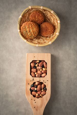 Chinese traditional festival Mid-Autumn Festival- delicious mooncakes Standard-Bild - 128422910