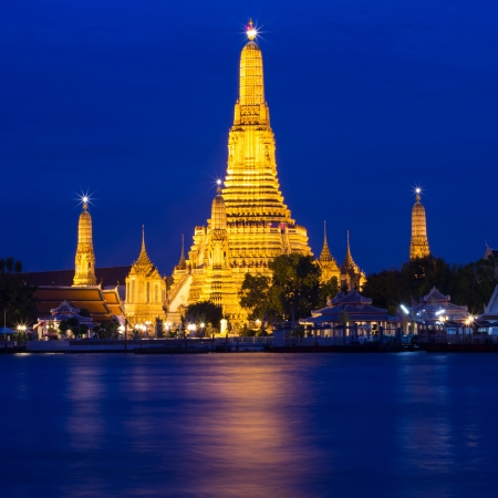 Twilight of Wat Arun Buddhist religious places of importance to the field. It stand near the Chao Phraya River in Bangkok, Thailand. photo
