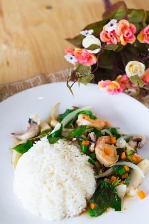 santa cena: foto de albahaca mezcla de mariscos con arroz, deliciosa comida tailandesa