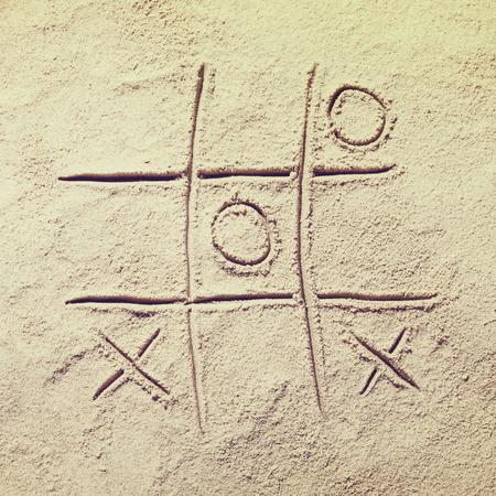 Draufsicht auf Sandstrand mit Tic Tac Toe