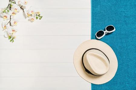 Vista superior de accesorios de verano playa con espacio de copia. Coloque el fondo holiday manera plana sobre la mesa de madera blanca o en el suelo. Marco horizontal para el balneario o el concepto de bienestar. Foto de archivo