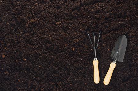 Outils de jardinage sur le fond de texture du sol fertile vu de dessus, vue de dessus. Concept de jardinage ou de plantation. Travailler dans le jardin du printemps. Banque d'images
