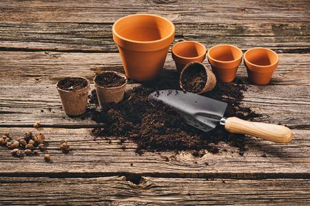 Voorbereiding voor een seizoensgebonden transplantatie van planten of bloemen, in een tuinieren, vintage schuur in de buurt van huis. Product stilleven afbeelding. Aanplant in de tuin concept foto.