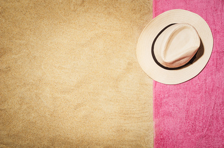 Top view of sandy beach with towel frame and summer accessories. Background with copy space and visible sand texture. Border composition made of towel Foto de archivo