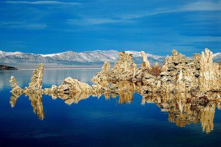 Reflection Of Tufas On Mono Lake Stok Fotoğraf
