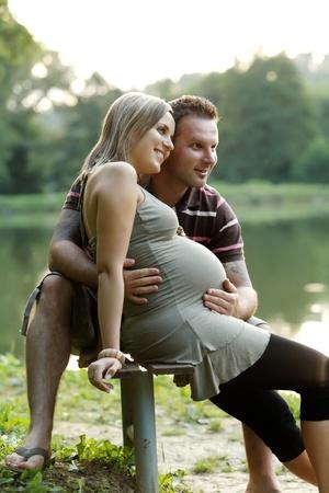 embarazada feliz: Mujer embarazada feliz con su marido en un hermoso d�a soleado en Parque