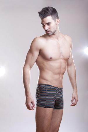 intimo donna: Primo piano di un bel uomo muscoloso in biancheria intima.  Archivio Fotografico