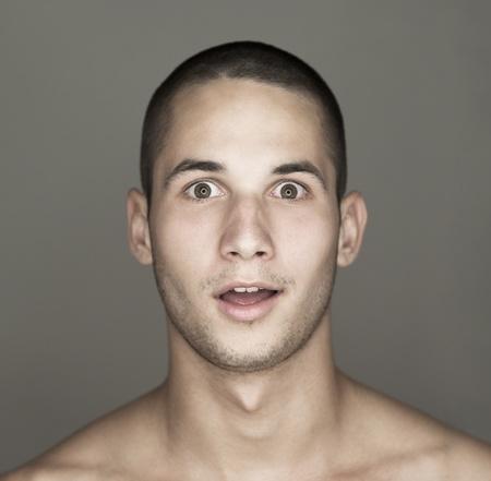cara sorprendida: Cara del joven