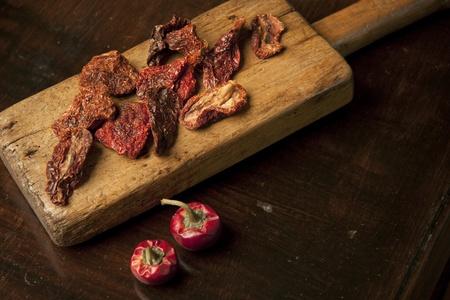 legumbres secas: tomates secados al sol a bordo de corte de madera