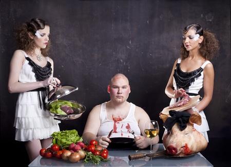 högtider: Unga flickor som betjänar rå gris hjärta till en fet man