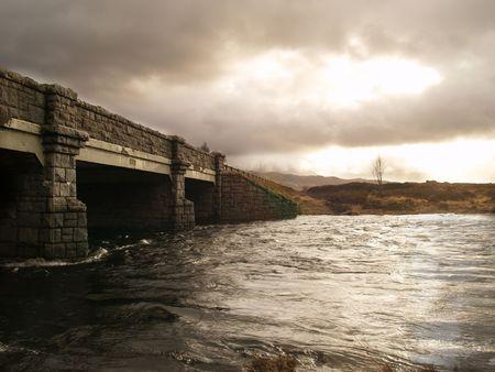 Oude brug in de Schotse Hooglanden Stockfoto