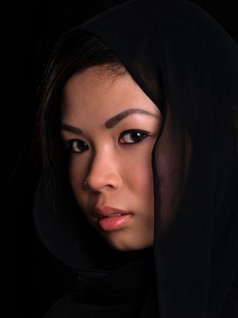 Mooie Aziatische verlegen meisje zoekt Stockfoto