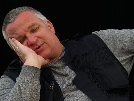 Slapen  depressieve man die zijn hoofd in zijn hand