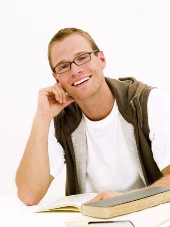 Een jonge student werkt aan zijn huiswerk