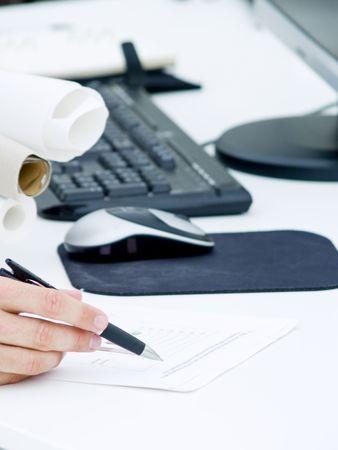 Werknemer, kijken naar de nummers en diagrammen