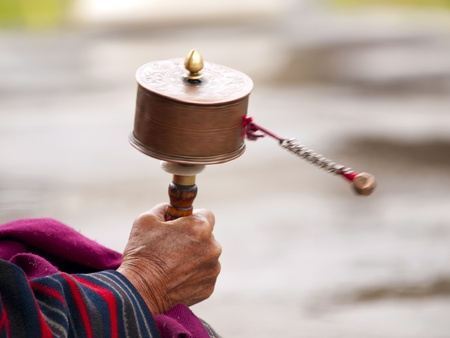 Mantra: Eine �ltere buddhistische Frauen ihr Gebet Rad f�r gutes mantra