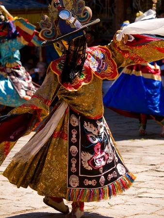 Gemaskerde man dansen op een tsechus (Bhutanese fesival)