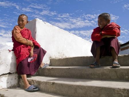 Thimpu, Bhutan - 20 oktober 2010: Boeddhistische monnik met spiderman masker op 20 oktober, 2010 in Thimpu. Bhutan is proberen om hun tradities te bewaren, maar de komende westerse cultuur is een toenemend probleem Redactioneel
