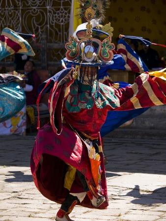 Jakar, Bhutan - 24 oktober 2010: gemaskerde man dansen op de Jakar Tsechu op Oct 24, 2010 in Jakar. Tsechu zijn jaarlijkse religieuze festivals Bhutanese meestal rond oktober