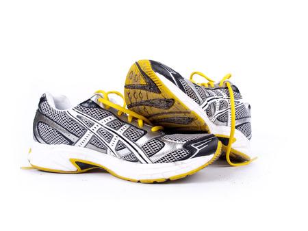 pieds sales: Paire sale occasion de chaussures de course sur un fond blanc