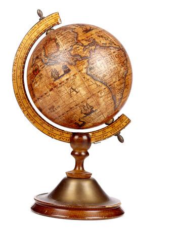Een oude bruine vintage globe op een kleine stand op een witte achtergrond