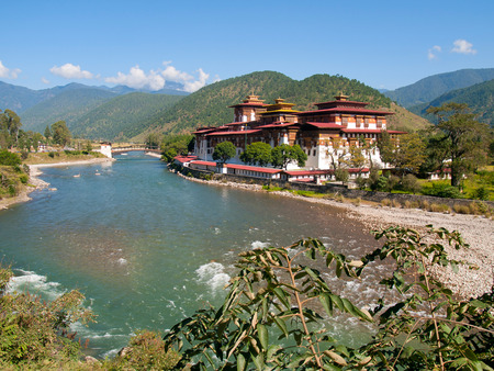mococa: Punakha Dzong and the Mo Chhu river in Bhutan
